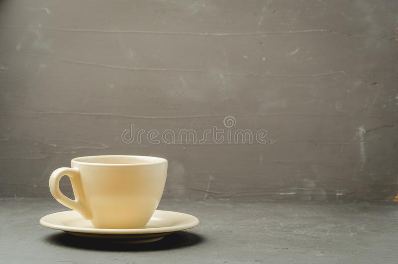 Φλυτζάνι τσαγιού στον παλαιό πίνακα κουζινών Εκλεκτική εστίαση με το copyspace για το κείμενό σας στοκ εικόνες