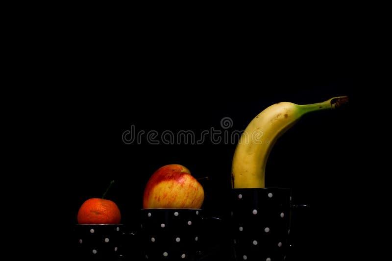 Φλυτζάνι φρούτων με ένα μαύρο υπόβαθρο στοκ εικόνες με δικαίωμα ελεύθερης χρήσης