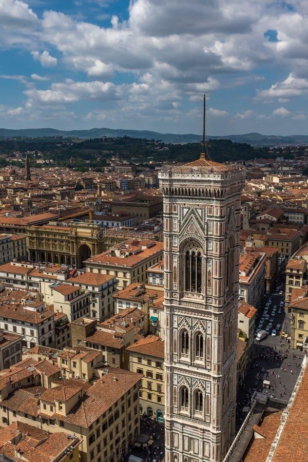 Φλωρεντία, Ιταλία, 28 Ιουλίου, 2017: Μια σκουπίζοντας άποψη του ορίζοντα και των στεγών της Φλωρεντίας συμπεριλαμβανομένου του πύ στοκ εικόνες με δικαίωμα ελεύθερης χρήσης
