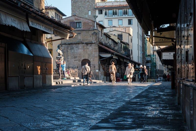 Φλωρεντία, Ιταλία - 16 Οκτωβρίου 2017: Τουρίστες που περπατούν στο brid στοκ φωτογραφία με δικαίωμα ελεύθερης χρήσης