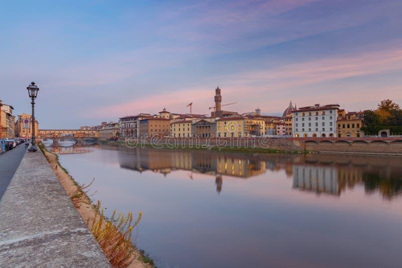 Φλωρεντία Το ανάχωμα πόλεων κατά μήκος του ποταμού Arno στοκ εικόνα με δικαίωμα ελεύθερης χρήσης