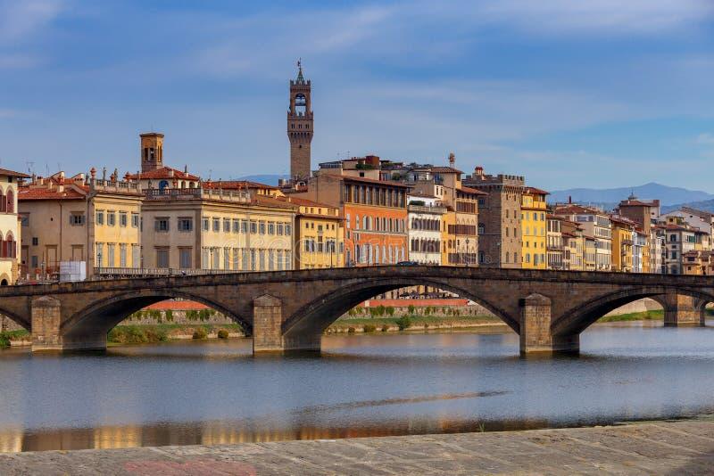 Φλωρεντία Το ανάχωμα πόλεων κατά μήκος του ποταμού Arno στοκ εικόνες με δικαίωμα ελεύθερης χρήσης
