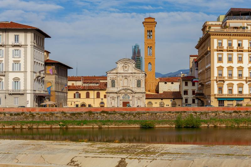 Φλωρεντία Το ανάχωμα πόλεων κατά μήκος του ποταμού Arno στοκ εικόνες