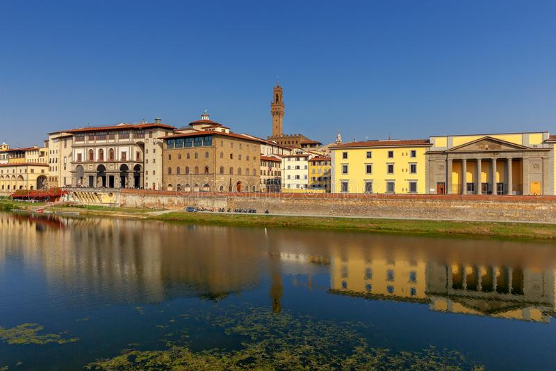 Φλωρεντία Το ανάχωμα πόλεων κατά μήκος του ποταμού Arno στοκ φωτογραφία