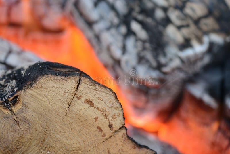 Φλόγα να καψει την πυρκαγιά κοντά επάνω ως υπόβαθρο στοκ φωτογραφία