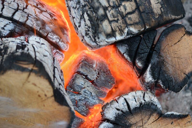 Φλόγα να καψει την πυρκαγιά κοντά επάνω ως υπόβαθρο στοκ εικόνα με δικαίωμα ελεύθερης χρήσης