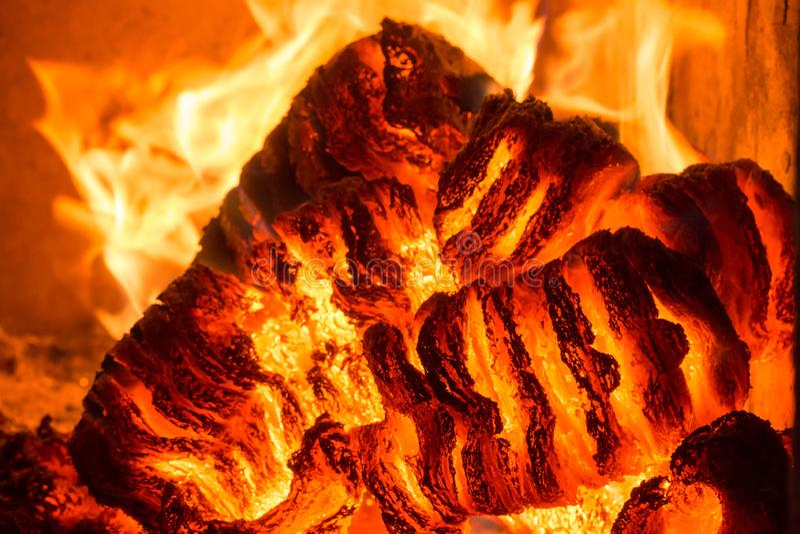 Φλόγα πυρκαγιάς φλόγας στη σόμπα, το πορτοκάλι και το Μαύρο στοκ εικόνες