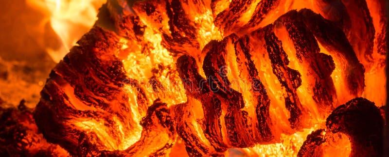 Φλόγα πυρκαγιάς φλόγας στη σόμπα, το πορτοκάλι και το Μαύρο στοκ εικόνα