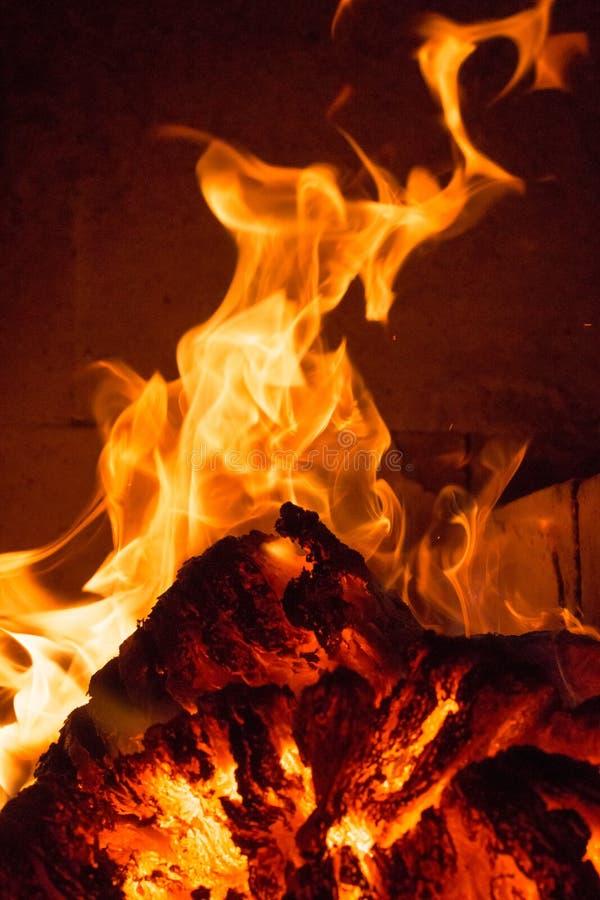 Φλόγα πυρκαγιάς φλόγας στη σόμπα, το πορτοκάλι και το Μαύρο στοκ φωτογραφίες