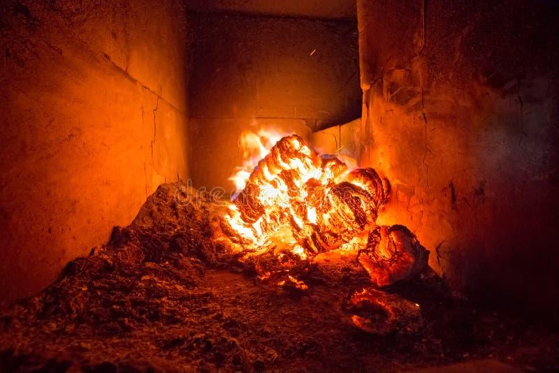 Φλόγα πυρκαγιάς φλόγας στη σόμπα, το πορτοκάλι και το Μαύρο στοκ φωτογραφία με δικαίωμα ελεύθερης χρήσης