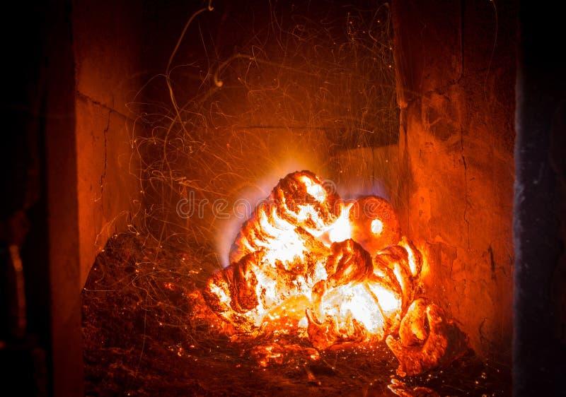 Φλόγα πυρκαγιάς φλόγας στη σόμπα, το πορτοκάλι και το Μαύρο στοκ φωτογραφίες με δικαίωμα ελεύθερης χρήσης