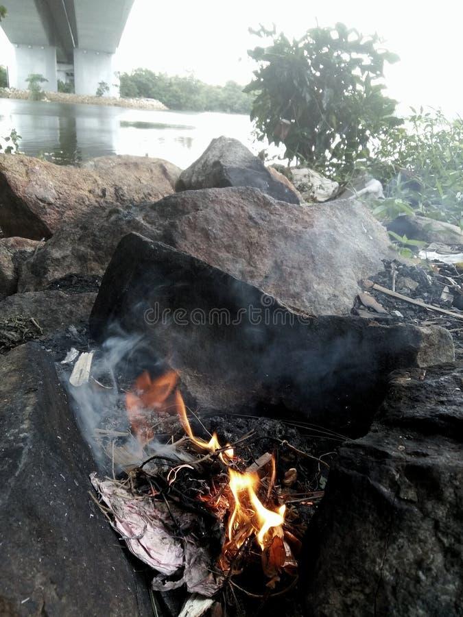 Φλόγα του καψίματος φωτιών από την όχθη ποταμού στοκ εικόνα με δικαίωμα ελεύθερης χρήσης