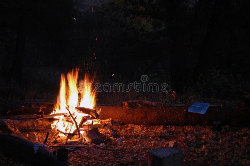 ???? ????????? ?????? Φλόγες πυρκαγιάς στο θερινό κολπίσκο στοκ εικόνες με δικαίωμα ελεύθερης χρήσης
