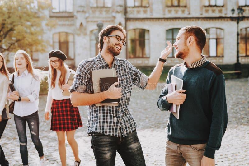 φλύαρος τύποι πανεπιστήμιο Γνώση Βιβλία Ευτυχής στοκ εικόνες