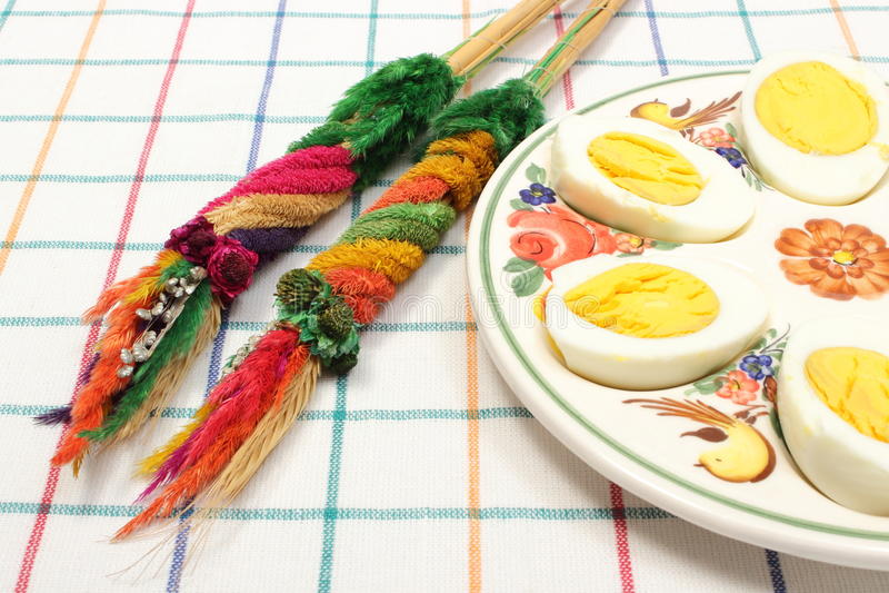 Φοίνικας Πάσχας και μισά των αυγών στοκ εικόνα