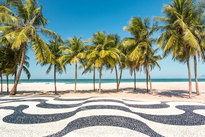 Φοίνικες και το εικονικό πεζοδρόμιο μωσαϊκών παραλιών Copacabana στοκ φωτογραφία με δικαίωμα ελεύθερης χρήσης