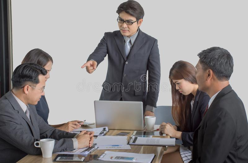 Φοβέρα με έναν εκτός ελέγχου προϊστάμενο που φωνάζει σε έναν τονισμένο υπάλληλο στο γραφείο στοκ φωτογραφία