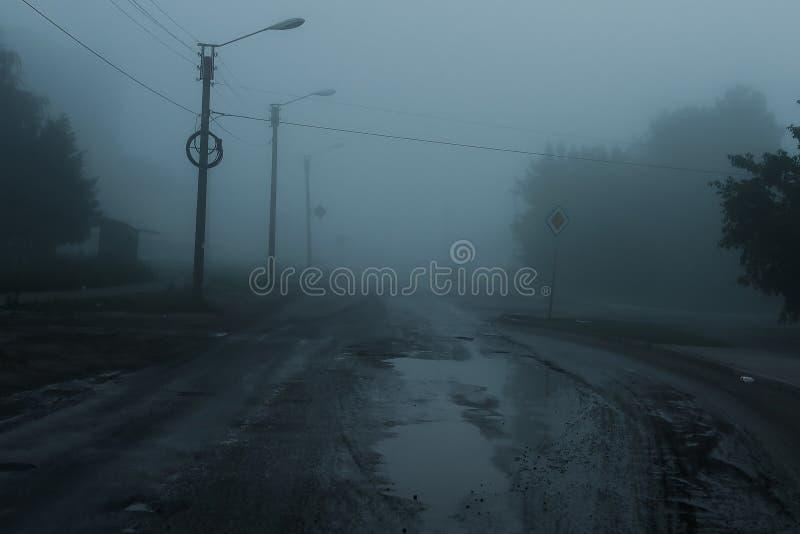 Φοβερός ομιχλώδης δρόμος στοκ εικόνες