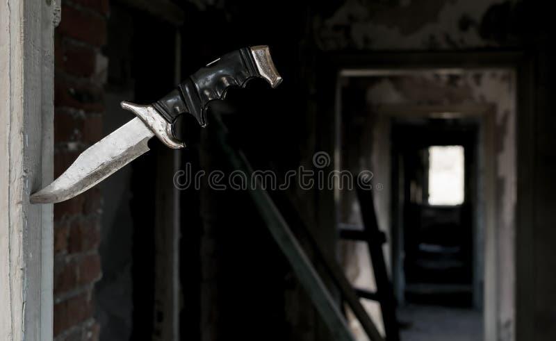 Φοβερό παλαιό μαχαίρι πάλης που κολλιέται στην πόρτα στοκ φωτογραφίες με δικαίωμα ελεύθερης χρήσης