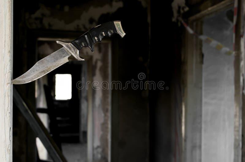 Φοβερό παλαιό μαχαίρι πάλης που κολλιέται στην πόρτα στοκ εικόνες