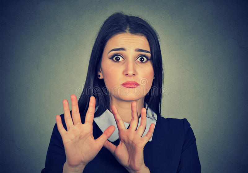 Φοβησμένη γυναίκα που αυξάνει τα χέρια επάνω φοβισμένα να επιτεθούν στοκ εικόνες με δικαίωμα ελεύθερης χρήσης