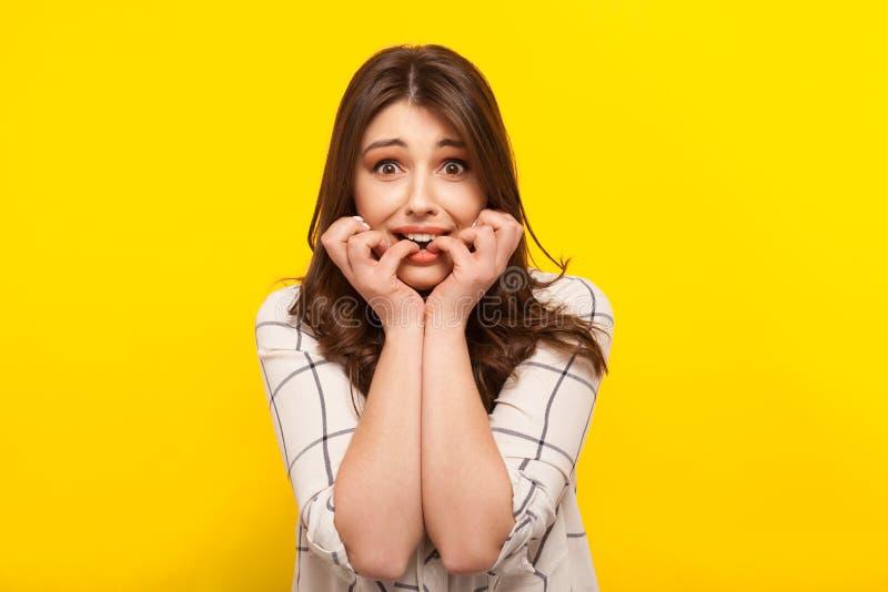 Φοβησμένη τοποθέτηση κοριτσιών σε κίτρινο στοκ φωτογραφία με δικαίωμα ελεύθερης χρήσης