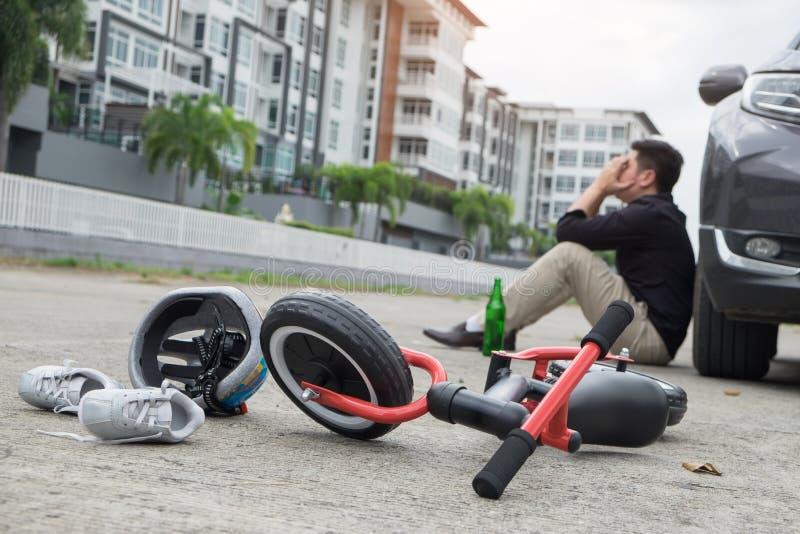 Φοβησμένος και τονισμένος απελπισμένος μεθυσμένος οδηγός και μπουκάλι της μπύρας μπροστά από το αυτοκινητικό αυτοκίνητο συντριβής στοκ εικόνες με δικαίωμα ελεύθερης χρήσης