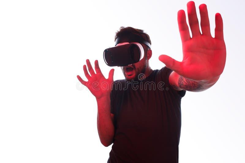 Φοβησμένο άτομο στην κάσκα VR στοκ φωτογραφίες με δικαίωμα ελεύθερης χρήσης