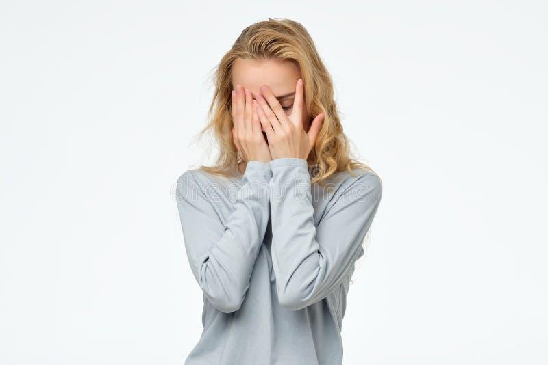 Φοβησμένο καυκάσιο κορίτσι εφήβων που κρύβει το πρόσωπό της στα χέρια, στοκ φωτογραφία με δικαίωμα ελεύθερης χρήσης