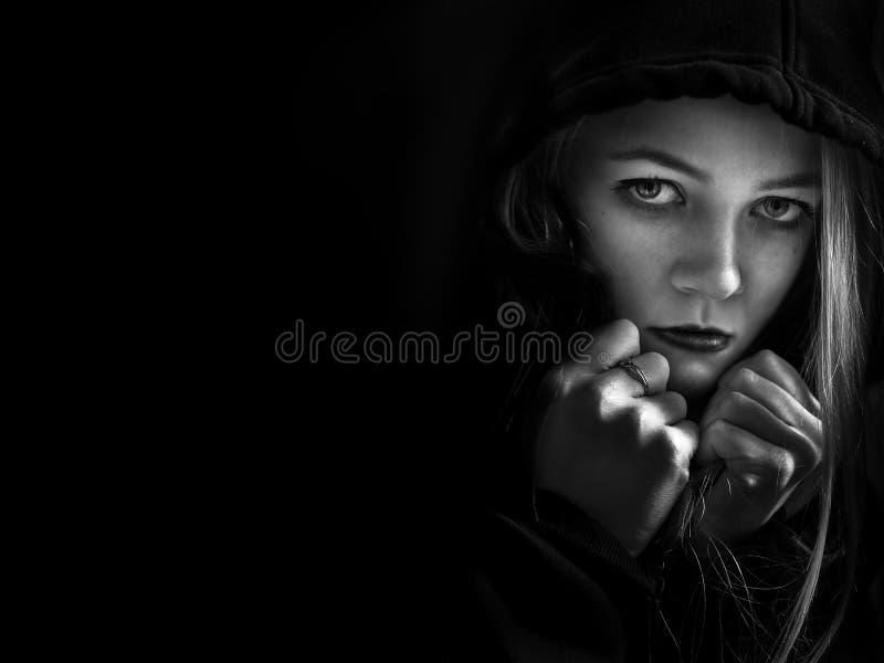 Φοβησμένο κορίτσι στην κουκούλα στοκ φωτογραφία