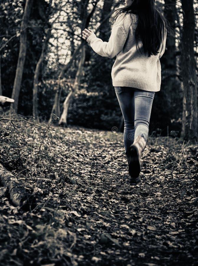 Φοβησμένο τρέξιμο κοριτσιών στοκ εικόνες με δικαίωμα ελεύθερης χρήσης