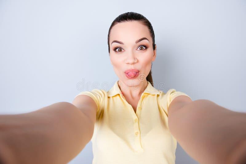 Φοβιτσιάρης τρελλή διάθεση! Ο ελκυστικός νέος ισπανικός έφηβος κάνει ένα sel στοκ φωτογραφία με δικαίωμα ελεύθερης χρήσης