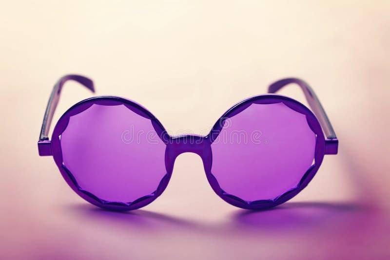 Φοβιτσιάρη πορφυρά γυαλιά ηλίου χίπηδων δεκαετίας του '60 οριζόντια στοκ φωτογραφία με δικαίωμα ελεύθερης χρήσης