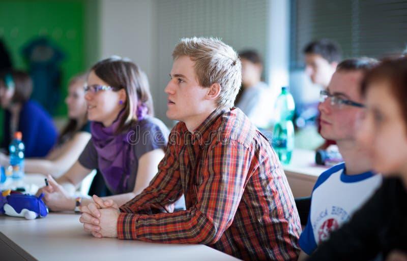 Φοιτητές πανεπιστημίου που κάθονται σε μια τάξη κατά τη διάρκεια της κατηγορίας στοκ φωτογραφίες με δικαίωμα ελεύθερης χρήσης