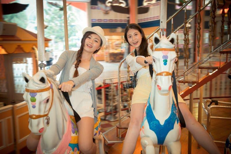 Φοιτητές πανεπιστημίου που πηγαίνουν στην ξένη επίσκεψη στοκ εικόνες