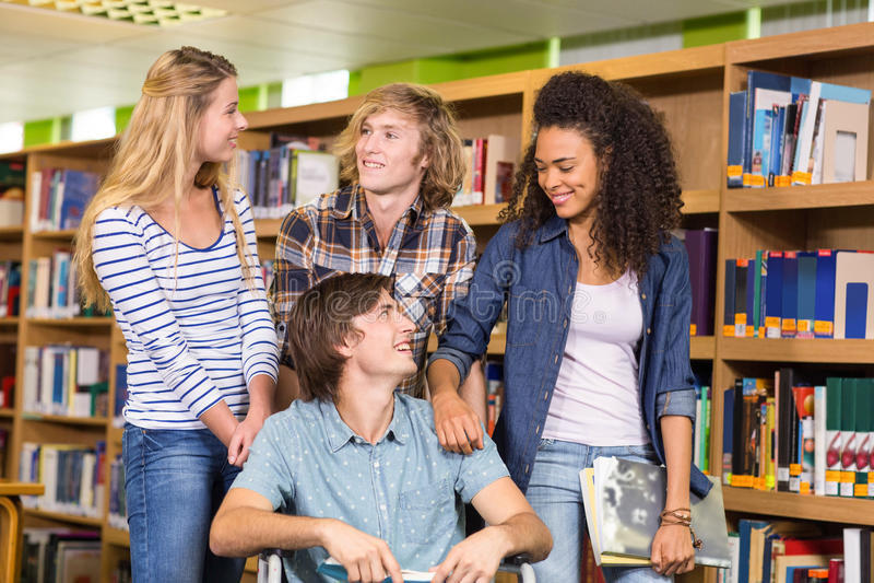 Φοιτητές πανεπιστημίου στη βιβλιοθήκη στοκ φωτογραφίες
