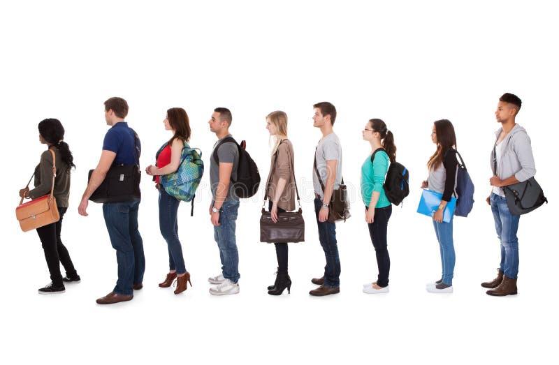 Φοιτητές πανεπιστημίου Multiethnic που στέκονται σε μια σειρά στοκ εικόνα με δικαίωμα ελεύθερης χρήσης