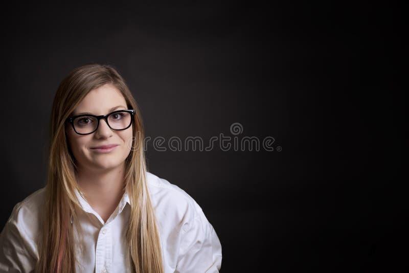 Φοιτητής πανεπιστημίου με τον πίνακα πίσω από την στοκ φωτογραφία
