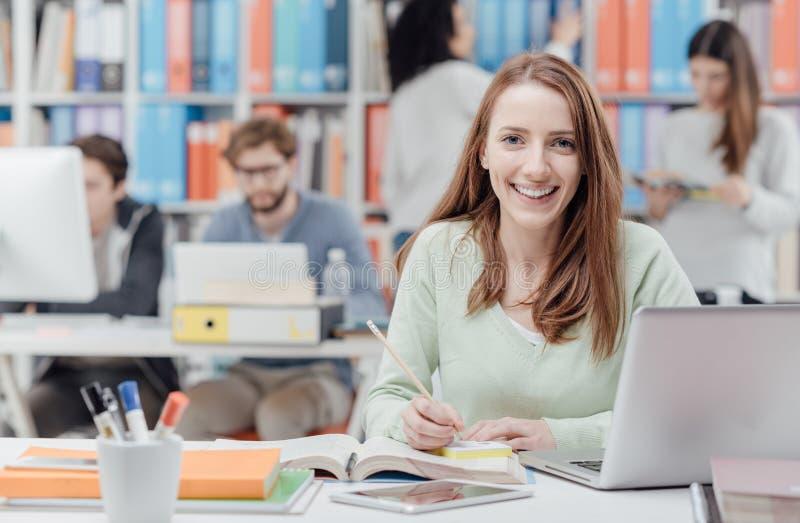 Φοιτητής πανεπιστημίου που διαβάζει ένα εγχειρίδιο στοκ φωτογραφία με δικαίωμα ελεύθερης χρήσης