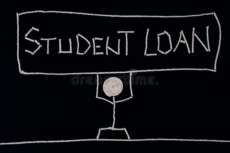 Φοιτητής πανεπιστημίου που κρατά ένα σημάδι - δάνειο σπουδαστών, που φέρνει το βάρος ενός δανείου, ασυνήθιστη έννοια στοκ εικόνες