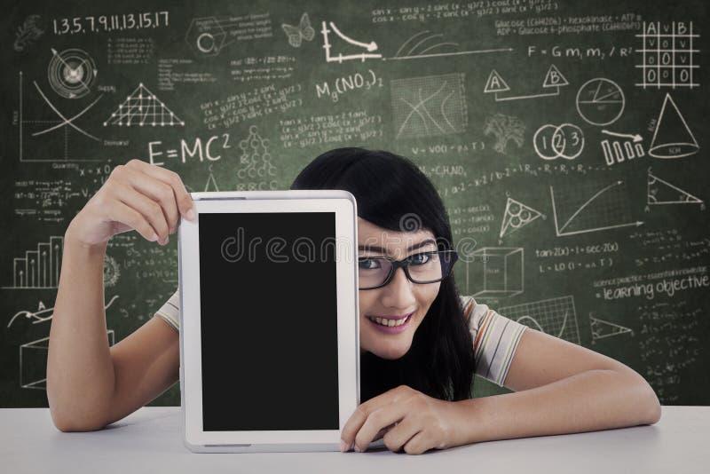 Φοιτητής πανεπιστημίου που παρουσιάζει υπολογιστή ταμπλετών στην κατηγορία στοκ φωτογραφία με δικαίωμα ελεύθερης χρήσης