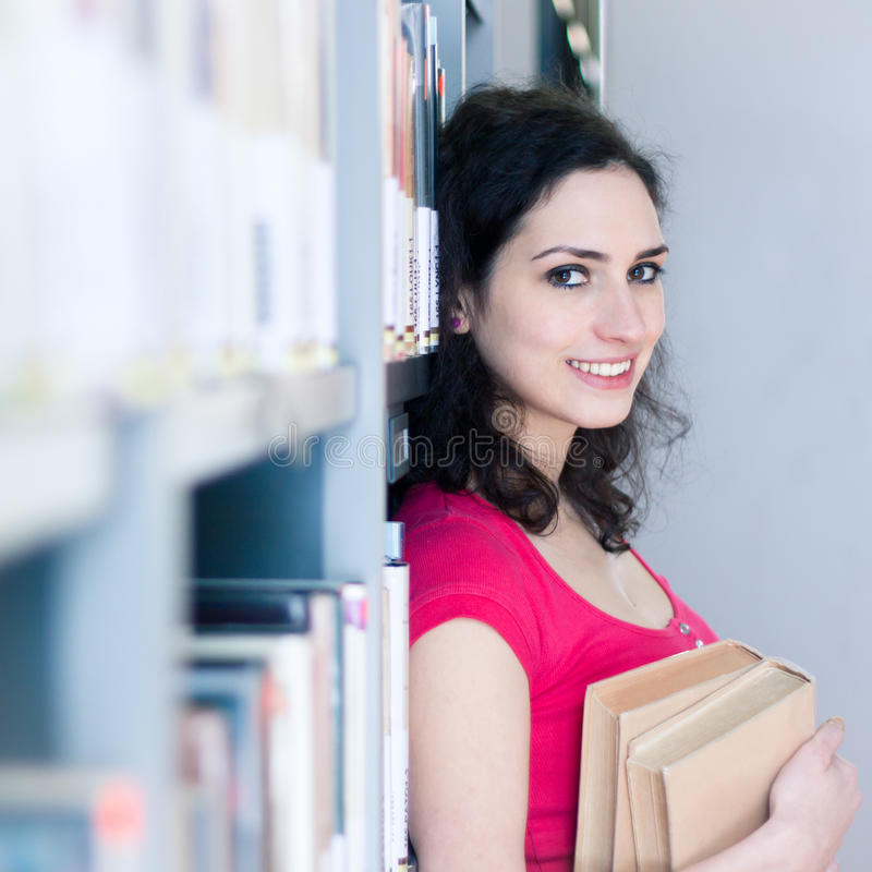 Φοιτητής πανεπιστημίου σε μια βιβλιοθήκη στοκ φωτογραφία με δικαίωμα ελεύθερης χρήσης