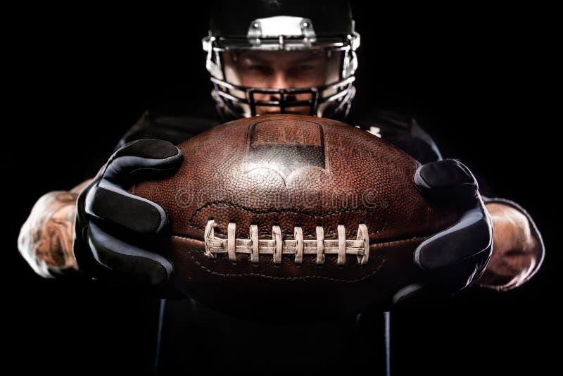 Φορέας αθλητικών τύπων αμερικανικού ποδοσφαίρου που απομονώνεται στο μαύρο υπόβαθρο στοκ φωτογραφία με δικαίωμα ελεύθερης χρήσης
