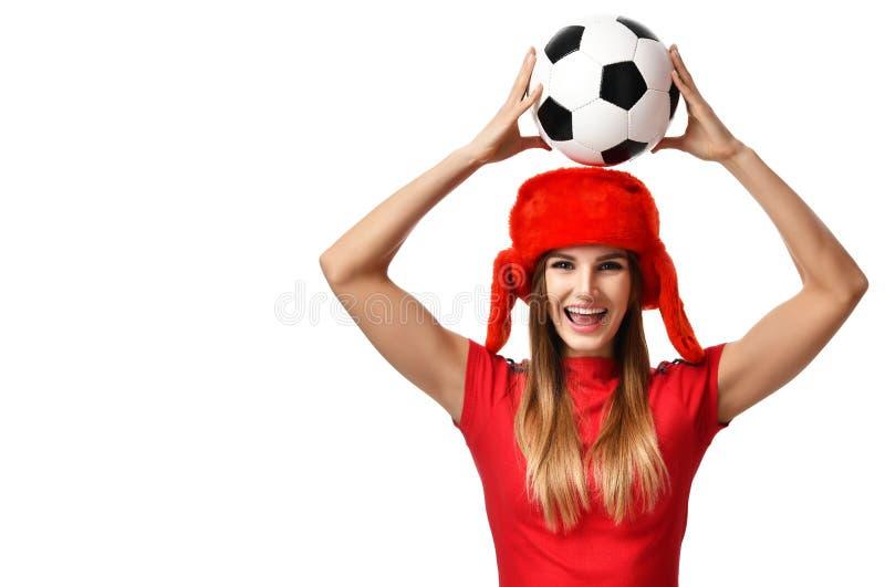 Φορέας αθλητριών ανεμιστήρων στον κόκκινο ομοιόμορφο και ρωσικό εορτασμό σφαιρών ποδοσφαίρου λαβής χειμερινών καπέλων στοκ εικόνα με δικαίωμα ελεύθερης χρήσης