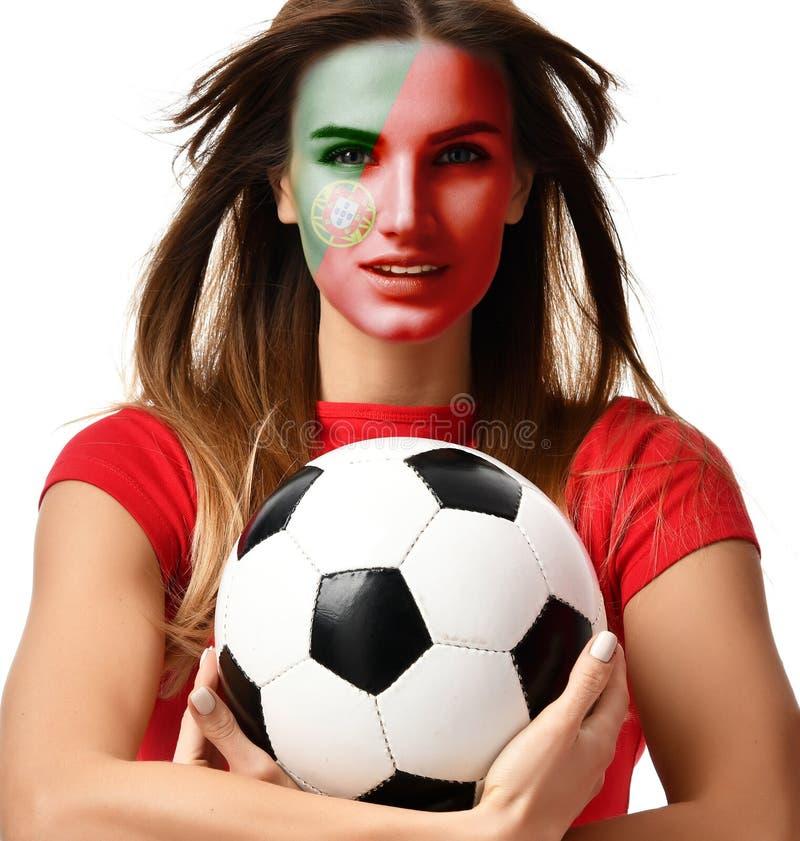 Φορέας αθλητριών ανεμιστήρων της Πορτογαλίας στον κόκκινο ομοιόμορφο εορτασμό σφαιρών ποδοσφαίρου λαβής με τη θυελλώδη τρίχα στοκ εικόνες