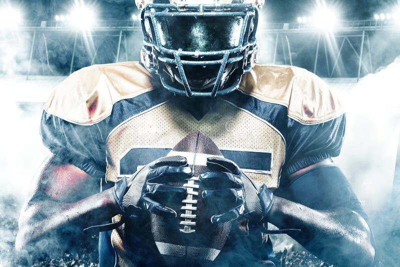 Φορέας αθλητικών τύπων αμερικανικού ποδοσφαίρου στο στάδιο με τα φω'τα στο υπόβαθρο στοκ φωτογραφίες με δικαίωμα ελεύθερης χρήσης