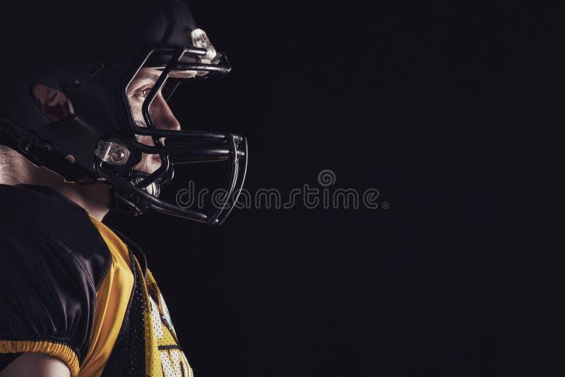 Φορέας αμερικανικού ποδοσφαίρου που απομονώνεται στο μαύρο υπόβαθρο στοκ εικόνα με δικαίωμα ελεύθερης χρήσης