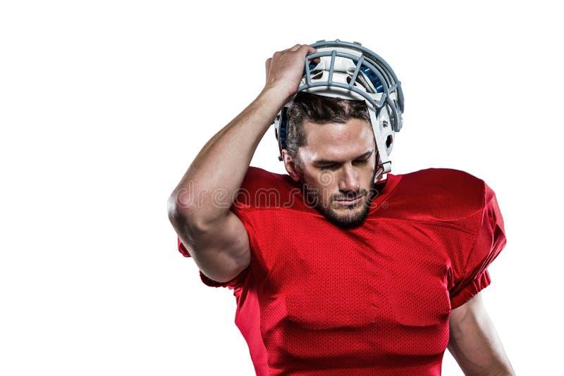 Φορέας αμερικανικού ποδοσφαίρου στην αφαίρεση του κράνους στοκ εικόνες