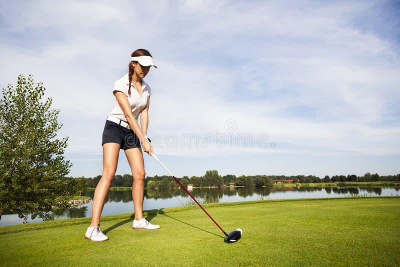 Φορέας γκολφ που προετοιμάζεται για να τοποθετήσει στο σημείο αφετηρίας μακριά. στοκ φωτογραφίες με δικαίωμα ελεύθερης χρήσης