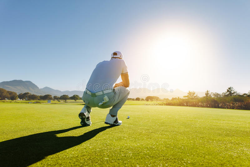 Φορέας γκολφ που στοχεύει τον πυροβολισμό στη σειρά μαθημάτων στοκ εικόνες με δικαίωμα ελεύθερης χρήσης